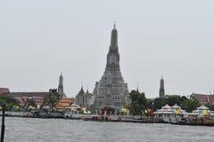 在小船的郑王寺视图对Wat Pho,Wat Arrun打开著名寺庙在曼谷 库存图片