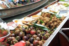 在小船的食物在浮动市场上在曼谷 免版税库存图片