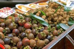 在小船的食物在浮动市场上在曼谷 库存图片