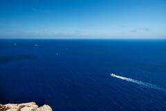 在小船的鸟景色在马略卡海岸  库存图片