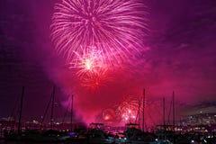 在小船的紫色天空烟花 免版税库存照片