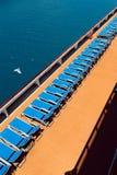 在小船的Sunbeds 库存照片