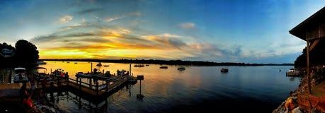 在小船船坞的日落 免版税库存图片