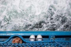 在小船蓝色壁架的脚海上的在开普敦 库存照片