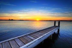 在小船跳船后的落日,湖Maquarie 免版税库存照片