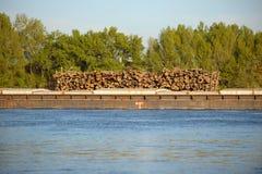 在小船运输的木日志 免版税图库摄影