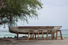 在小船酒吧的凳子 免版税库存照片