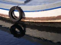 在小船,一点港口的轮胎 免版税库存图片