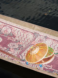在小船,缅甸的圆锥形帽子 免版税库存图片