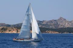 在小船la maddalena航行附近的群岛 免版税库存图片