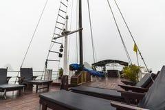 在小船sundeck在下龙湾 免版税库存图片