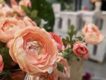 在小花束的人为橙色玫瑰色花 免版税库存图片