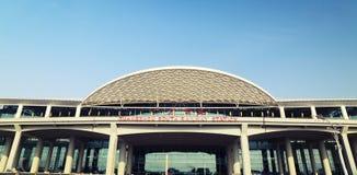 在小行政区中国,火车站,路轨终端现代大厦的新的广州南火车站  免版税库存图片