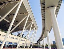 在小行政区中国,火车站,路轨终端现代大厦的新的广州南火车站  免版税库存照片