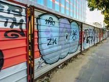 在小路墙壁上的街道画艺术 免版税库存照片