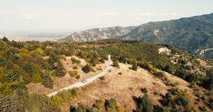 在小路的空中射击在山在与移动的汽车的晴天 影视素材