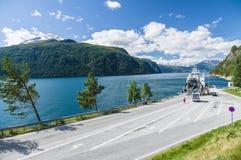 在小轮渡码头,海湾挪威的汽车装货 免版税库存照片