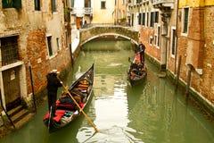 在小运河的威尼斯长平底船 库存图片