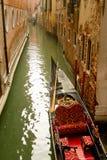 在小运河的威尼斯长平底船 免版税库存图片