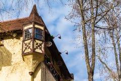在小酒馆,海伦,美国的角落的凸出的三面窗 库存图片
