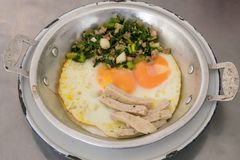 在小铝平底锅的泰国可口被批评的鸡蛋 库存图片