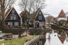 在小镇伊顿干酪,荷兰的运河 免版税库存照片
