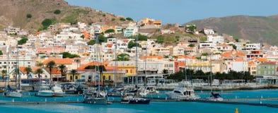 在小镇前面的小船蓝色海洋的 免版税库存图片