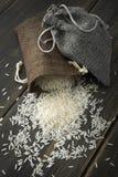 在小黄麻袋子的未加工的印度大米 免版税库存照片