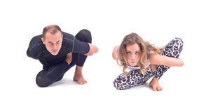 在小组/光的实践的瑜伽锻炼摆在- Marichyasana 免版税库存图片