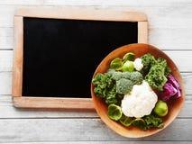 在小黑板角落的新鲜的沙拉成份 库存照片