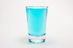 在小玻璃的蓝色饮料 库存照片