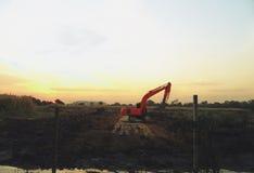 在小组的看法上建筑机械在建筑工地停放 免版税库存图片