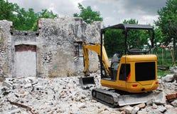 在小建筑工地的紧凑挖掘机 库存照片