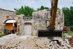 在小建筑工地的紧凑挖掘机 库存图片