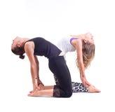 在小组/骆驼的实践的瑜伽锻炼摆在- Ustrasana 库存照片