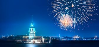 在少女塔上的美丽的烟花在博斯普鲁斯海峡海峡伊斯坦布尔,土耳其 免版税库存图片