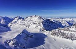 在少女峰地区直升机视图的山峰链子在winte 免版税库存照片