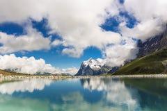 在少女峰埃格尔步行在瑞士山,格林德瓦,伯尔尼高地,瑞士的Fallbodensee 库存图片