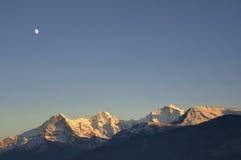 在少女峰山脉(瑞士)上的月亮 免版税库存图片