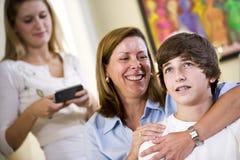在少年爱恋的母亲的儿子附近的胳膊 免版税图库摄影