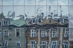 在少数民族居住区英雄的大厦反射摆正,克拉科夫 免版税库存图片
