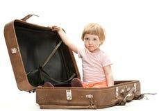 在少许手提箱里面的大逗人喜爱的女孩 免版税图库摄影