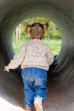 在少许隧道里面的女孩 免版税图库摄影