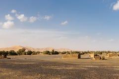 在尔格Chebbi沙丘附近的巴巴里人村庄 免版税库存图片