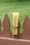在尖桩篱栅的雨量计 库存图片