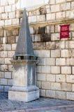 在尖沙咀钟楼附近的耻辱的柱子,老镇,科托尔,黑山 免版税库存照片