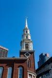在尖顶下的时钟在波士顿 免版税库存图片