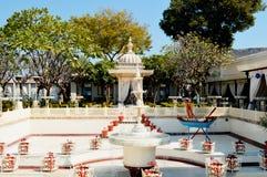在尖齿Mandir的喷泉和花盆装饰在乌代浦 拉贾斯坦 印度 图库摄影