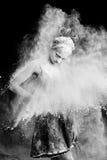 在尘土云彩的优美的妇女跳舞  免版税库存照片