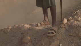 在尘土地球的流浪汉人` s光秃的黑脚 拖鞋的亚裔叫化子人 影视素材
